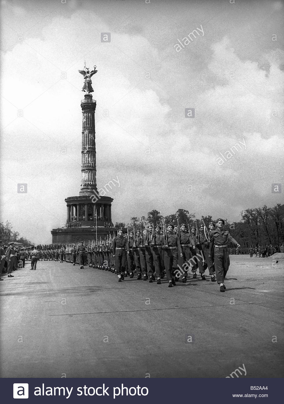 british-army-soldiers-during-a-parade-at-200-ft-sieges-saule-column-B52AA4.jpg